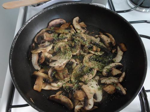 Galettes chipolatas champignons et cantal fourchettes et pinceaux - Champignon de paris a la poele ...