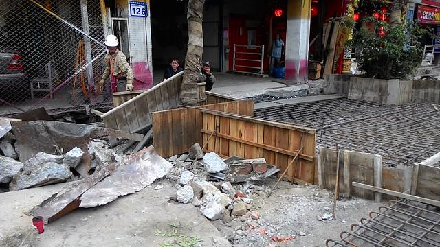 為趕做鋪面,施工單位用簡易模板作為樹穴邊界。攝影:林倩如。
