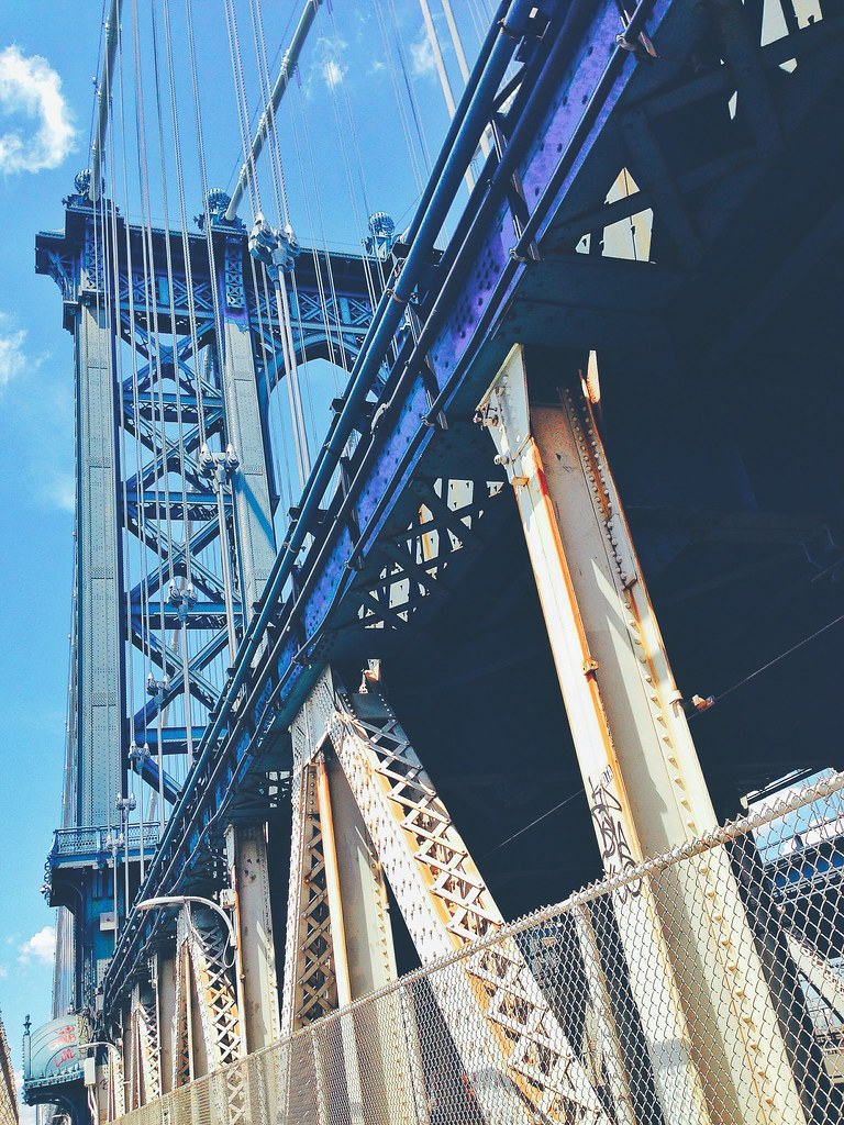 Passando pela lindíssima Manhattan Bridge – recomendo!