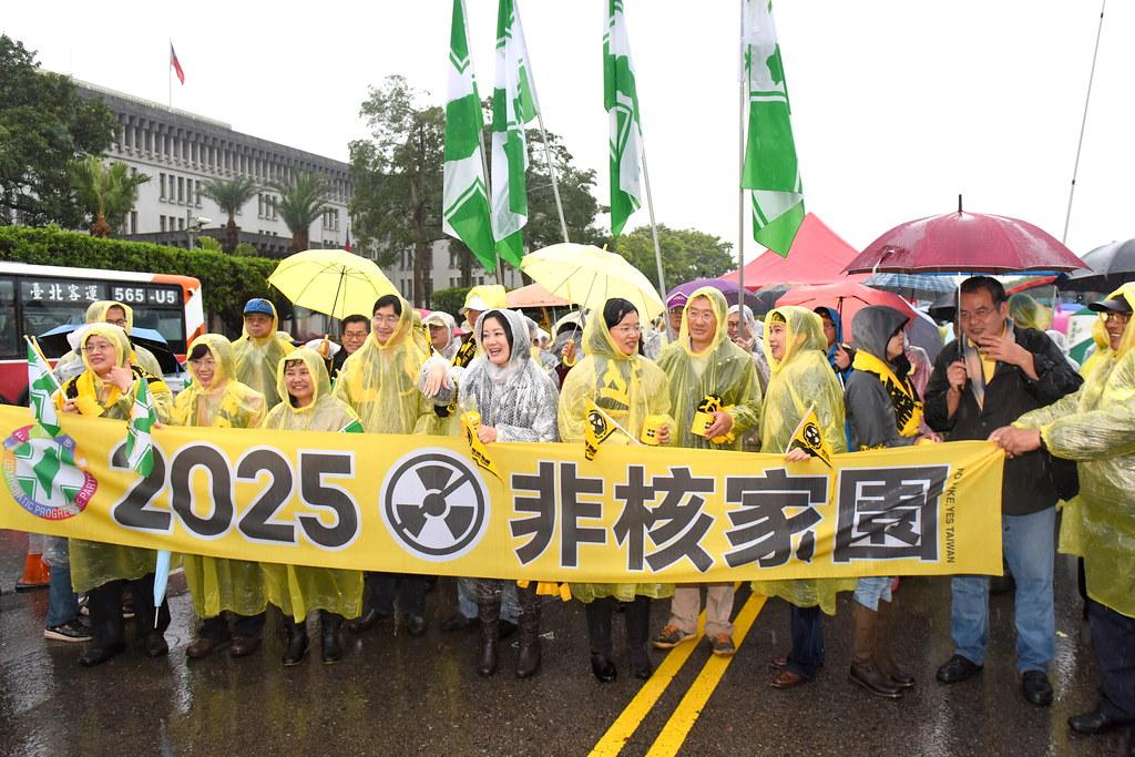 民進黨多位立委參與廢核遊行。(攝影:宋小海)