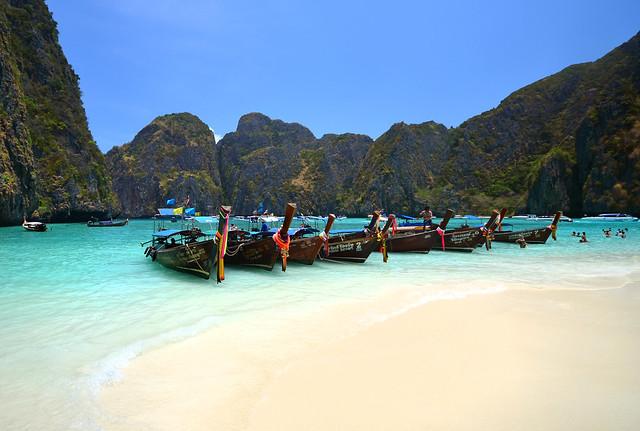 Preciosa panorámica de Maya Bay con las barcas tradicionales tailandesas en la orilla