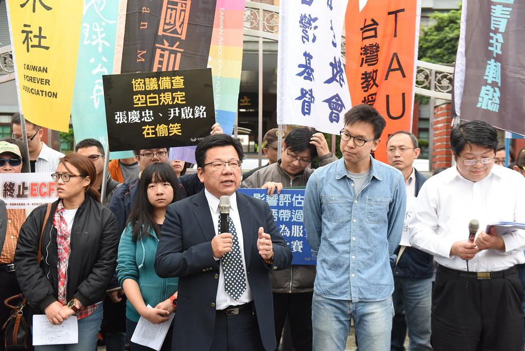 4月15日,民進黨立委李俊俋回應民間團體訴求。(攝影:宋小海)