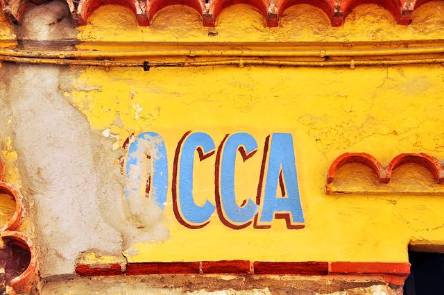 """Socca, die Nizzaer Spezialität aus Kichererbsenmehl gibt es nicht nur dort, sondern fast überall an der Côte d'Azur. HIER habe ich bereits darüber berichtet und Bilder dieses köstlichen """"Pfannkuchens"""" gezeigt. Auch in Menton konnten wir nicht widerstehen. Die Socca wurde an einem Straßenstand angeboten und kam frisch und heiß aus dem Backofen. Und noch eine andere kulinarische Spezialität erregte unsere Begierde: Barbajuan, auch """"Oncle Jean"""" genannt: Teigtäschen, ganz unterschiedlich und raffiniert gefüllt mit Zucchini, Kürbis, Mangold, Tapenade ... Sie sind nicht nur in Menton, sondern auch in Monaco bekannt und beliebt. In Monaco nennt man sie """"Ravioli monégasque"""". Wir haben uns verschiedene ausgesucht, alle waren vegetarisch gefüllt; auf einer Bank mit Meeresblick schmeckten sie als spätes Frühstück bzw. """"Brunch"""" direkt aus der Tüte ganz wunderbar. Ach ja, und ein Stückchen der köstlichen Provence-Pizza """"Pissaladière"""" durfte natürlich auch nicht fehlen! Foto Brigitte Stolle Februar 2016"""