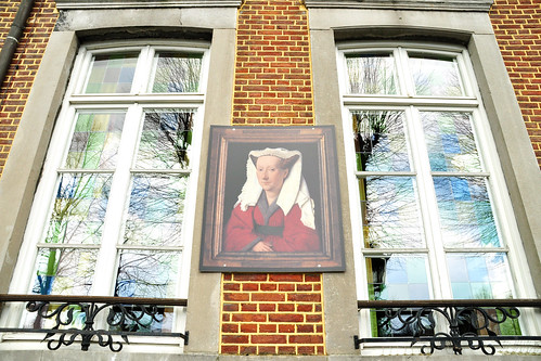 """April 2016. Mal einen kurzen """"Sprung"""" von Holland über die Grenze nach Belgien. Wir sind in Masseik, immer noch in der Provinz Limburg, nun jedoch in der belgischen Region Flandern. Hier wurde im Jahre 1390 der Maler Jan van Eyck geboren. Gemälde von ihm zieren das Rathaus (Stadhus) von Maaseik, auf dem Marktplatz """"Grote Markt"""" befindet sich ein Denkmal von Jan und Hubrecht van Eyck, in Bierlokalen stellt man sein Getränk auf Bierdeckel mit seinem Konterfei. Außer dem schönen Rathaus aus dem Jahre 1827 gibt es noch viel mehr interessante Architektur zu sehen. In der Brasserie """"De Beurs"""" gibt es frisch gebackene Brüsseler Waffeln mit Erdbeeren und Schlagsahne (Vers gebakken Brusselse Wafels met Aardbeien en Slagroom) - ich habe mich mit einem süffigen belgischen Leffe-Bier begnügt. Foto Brigitte Stolle April 2016"""