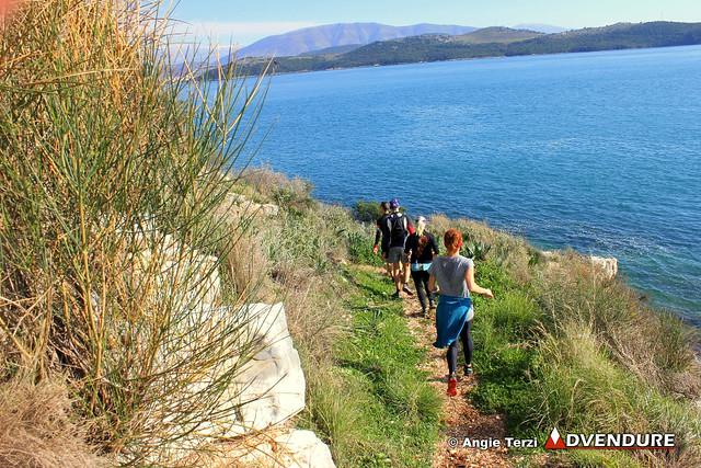 Το απίστευτης ομορφιάς οικοσύστημα του Ερημίτη, με την θάλασσα δίπλα στο μονοπάτι, είναι από τα εντυπωσιακότερα σημεία της διαδρομής!