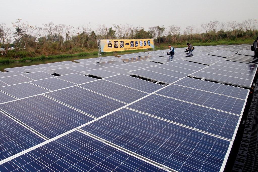 全台第一座浮動型太陽光電在屏東滯洪池誕生。攝影:李育琴