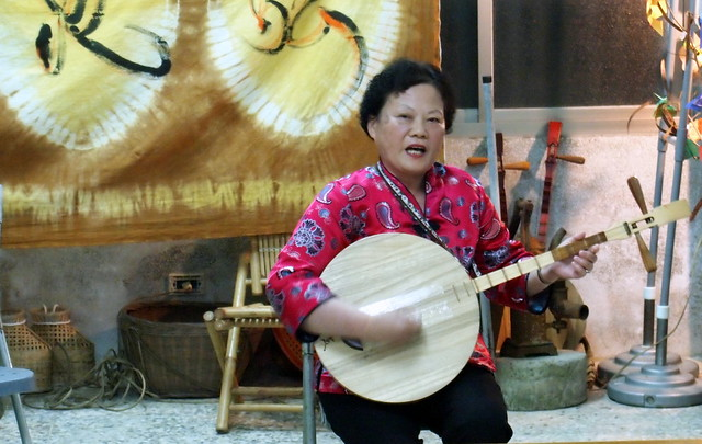 民謠藝師張碧英演唱滿州小調,述說滿州人過往生活。攝影:李育琴