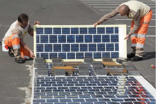 <br /> When solar energy meets Highway: not as high tech (photo)