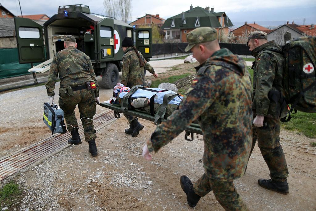 Alarmübung der Sanitäter im Einsatz KFOR | Soldaten des deut… | Flickr | {Sanitäter bundeswehr 6}