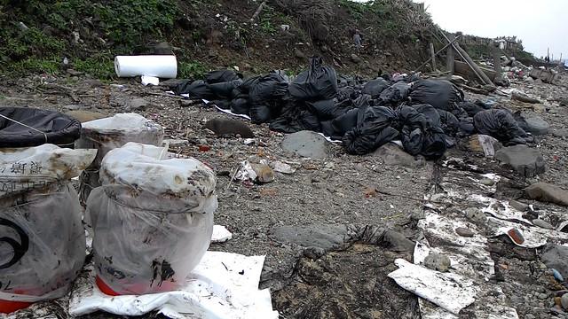 收集污油之大垃圾桶,右邊是被油污染的垃圾。攝影:林倩如。