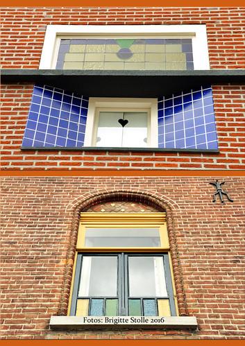 """Thorn, im April 2016. Das weiße Städtchen (""""het witte stadje"""") in der Provinz Limburg heißt auf Niederländisch Thorn, auf Limburgerisch Toear. Alles ist weiß. Bei meinem Aufenthalt dort waren sogar die Wolken weiß und die Blüten der Bäume :-) Naja, genau genommen ist nicht ALLES weiß. Die ehemalige Stifts- und Abteikirche St. Michael ist nicht weiß getüncht und viele andere Gebäude und Mauern haben noch ihre ursprüngliche Farbe erhalten. Aber der Gesamteindruck der kleinen Stadt ist eben doch weiß. Woher das kommt? Damit die unterschiedlichen Größen und Formen der Steine nicht allzu deutlich ins Auge fallen, hätten die Thorner einst ihre Mauern und Häuser weiß übertüncht, um diese Unregelmäßigkeiten zu kaschieren. Diese lustige Idee bringt dem niederländischen Städtchen heute viele Besucher und Touristen ein und das Weiß wird gerne mit allerlei Kunsthandwerk und Dekoration noch zusätzlich hervorgehoben. Die Farbe Weiß. Weiß, weiß, weiß sind alle meine Kleider, weiß, weiß, weiß, ist alles was ich hab. Foto Fotocollage Brigitte Stolle April 2016"""