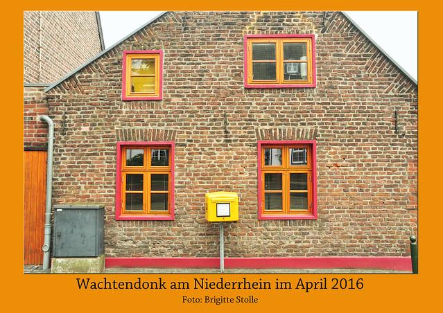 """Auf der Fahrt vom niederländischen Venray zurück ins Ruhrgebiet wurde noch die Stadt Wachtendonk """"mitgenommen"""". Wachtendonk liegt in der niederrheinischen Tiefebene, dort wo die Flüsse Niers und Nette zusammenfließen. Das kleine Festungsstädtchen hat einen sehr hübschen historischen Ortskern. Trotz des mittlerweile eingesetzten Regens und trotz trüben Himmels waren doch einige überraschende Farben und Formen zu erhaschen. Ganz viele der putzigen Häuschen stehen unter Denkmalschutz, genauer: der gesamte alte Ortskern - Foto Fotocollage Brigitte Stolle April 2016"""