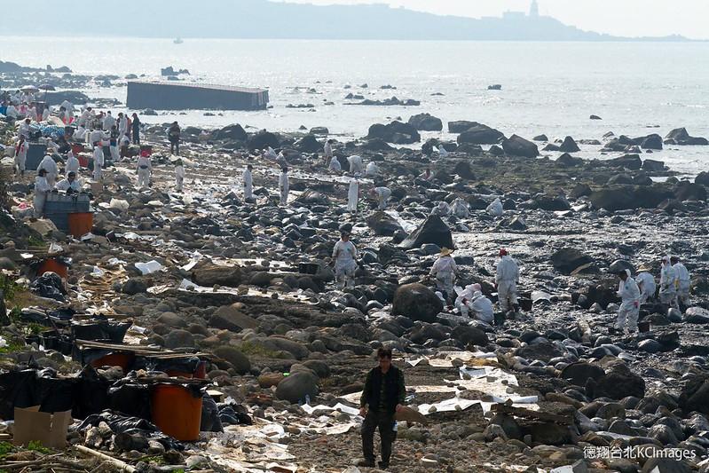 岸際除污人員辛苦手工作業。攝影:Kai Chou。