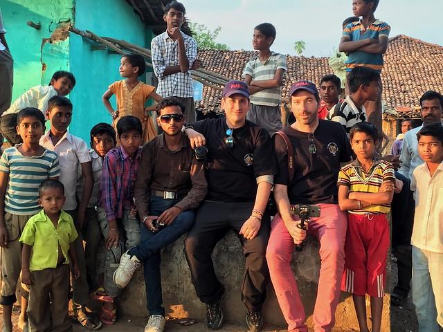 Sele y Víctor en la aldea de El Libro de la Selva en India