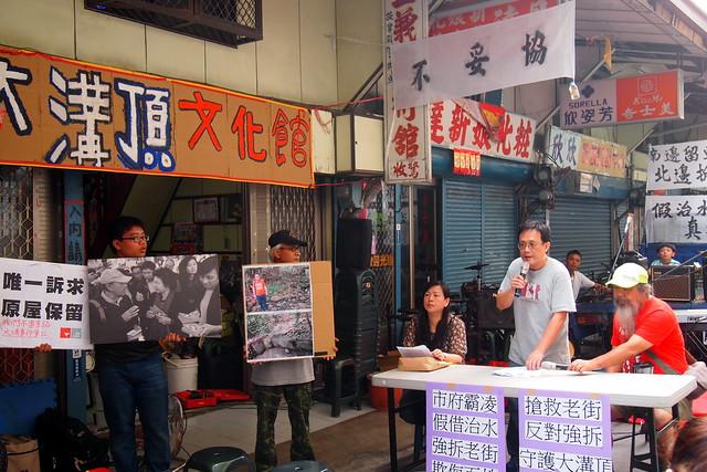 自救會會長鄭淵文表示,居民不妥協、不拆遷,要求市府召開公聽會。攝影:李育琴