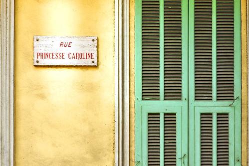 Monaco, im März 2016. Hier begegnen einem die Grimaldis auf Schritt und Tritt: Prince Rainier III., Princesse Gracia Patricia (Grace Kelly), Caroline, Stéphanie, Prince Albert II. ... als Statue, als Foto-Parcours, auf Plakaten und Gemälden, als Straßenname ... in der Kathedrale von Monaco kann man die Gräber von Fürst Rainier III. (verstorben 2005) und Fürstin Gracia Patricia (verstorben 1982) sehen. Aktuelles Staatsoberhaupt dieser konstitutionellen Monarchie ist Fürst Albert II. Foto Brigitte Stolle