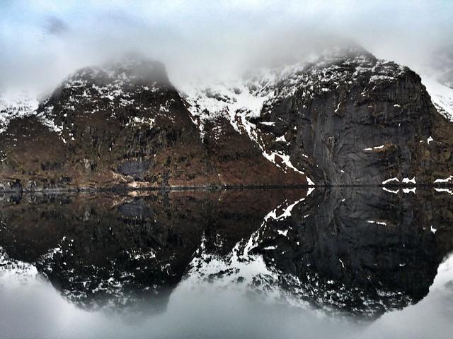 Reflejos de los fiordos de Islas Lofoten (Noruega)
