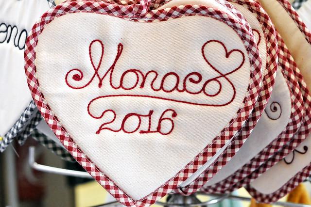 """Monaco, im März 2016. Die kleinen Gässchen der Altstadt heißen hier """"Carrugiettu"""". Hier gibt es Boutiquen und Läden, Restaurants mit monegassischen Spezialitäten, kleine Bars und Cafés. Zwischen den vielen Besichtigungen ist uns nach einer Verschnaufpause mit einem kühlen Bier. Und für den kleinen Hunger zwischendurch gibt es ein Sandwich. Foto: Brigitte Stolle März 2016"""