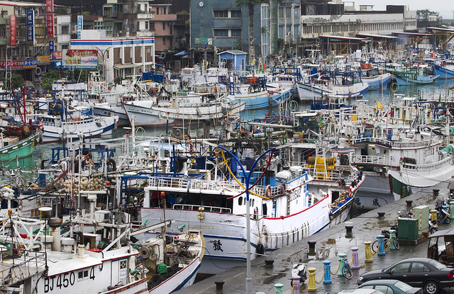 蘇澳及東港是台灣遠洋漁業重鎮,圖為停滿漁船的蘇澳港。圖片來源:台灣綠色和平組織提供