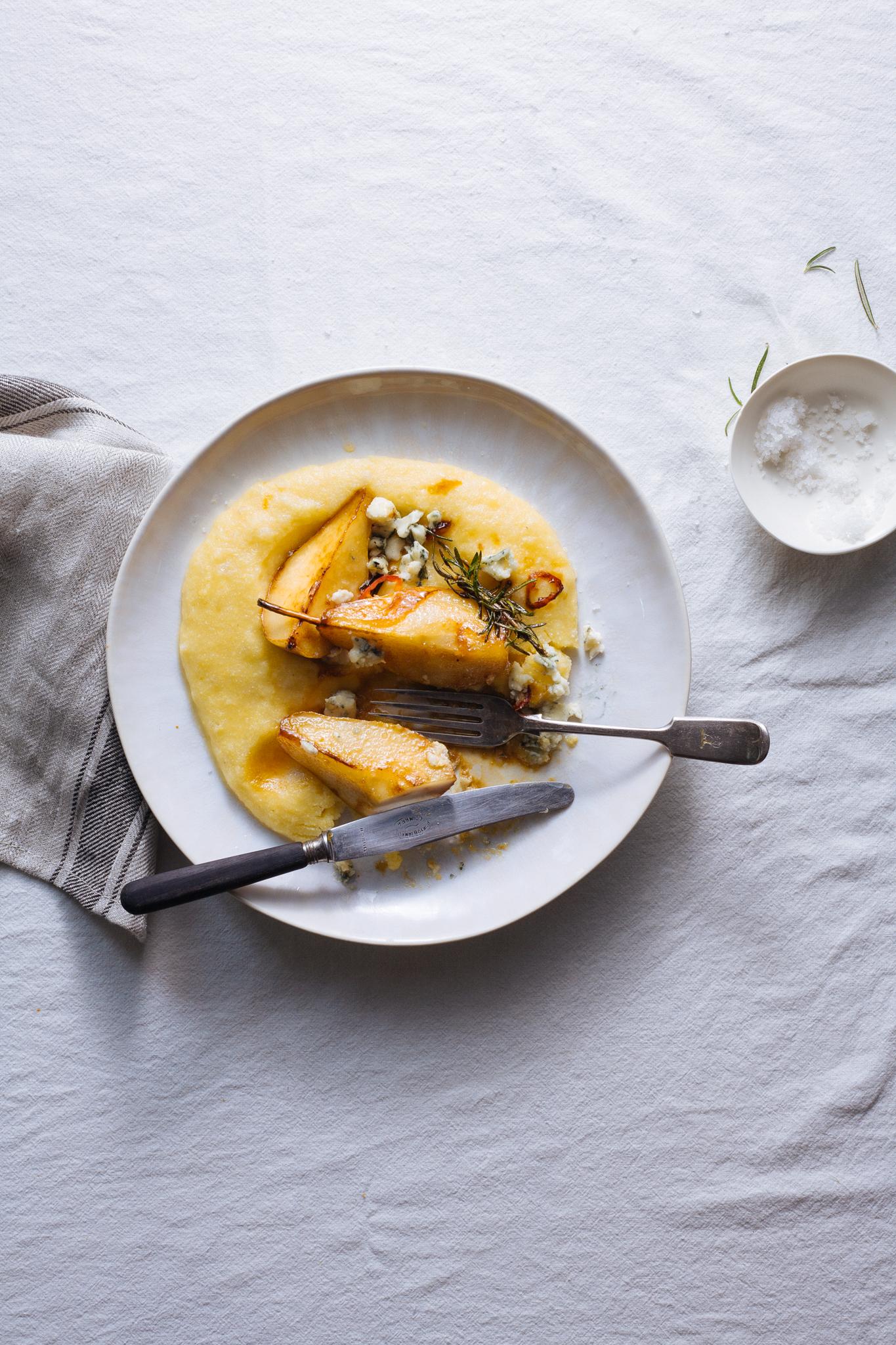 Polenta com pêra rocha caramelizada e queijo roquefort