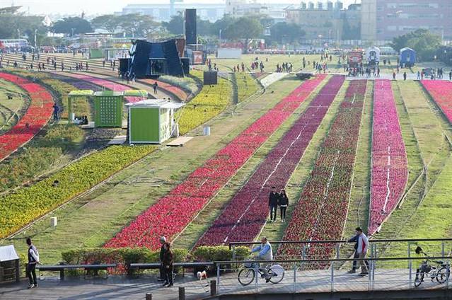 鐵道文化園區舉辦貨櫃藝術節和花海活動。圖片來源:高雄市政府