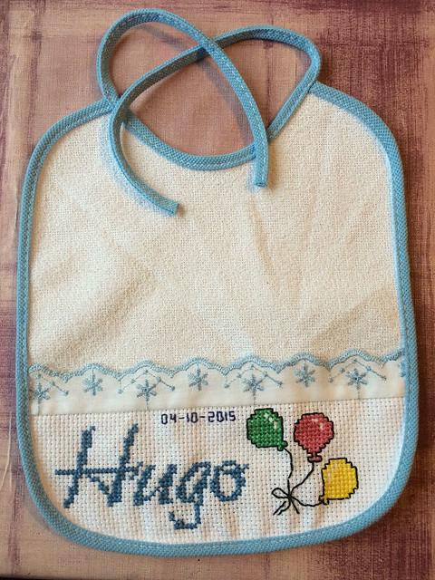 Babero bordado con el nombre de Hugo