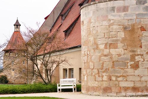 """Das Schloss ob Ellwangen, einst fürstpröpstliches Residenzschloss und kurfürstliche bzw. königliche Residenz, ist ursprünglich aus einer mittelalterlichen Burg hervorgegangen. Das """"Castrum Ellwangen"""" wurde 1266 erstmals urkundlich erwähnt. Wie die Schönenbergkirche, zu der man von den weitläufigen Außenanlagen des Schlosses einen schönen Blick hat, gehört auch das Schloss, das inmitten von Streuobstwiesen liegt, zum Wahrzeichen Ellwangens. Es ist von weithin gut sichtbar und beherbergt ein Schlossmuseum mit einer umfangreichen und sehenswerten Sammlung. Bereits zwei Briefmarken der Deutschen Bundespost haben den """"Blick auf das Schlosstor"""" zum Thema. Mein Buchtipp: """"Ihro fürstliche Gnaden - Die Fürstpröpste von Ellwangen und ihre Kultur"""" Foto Brigitte Stolle April 2016"""