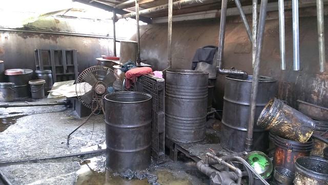 廠內油污遍佈。圖片來源:環保署。
