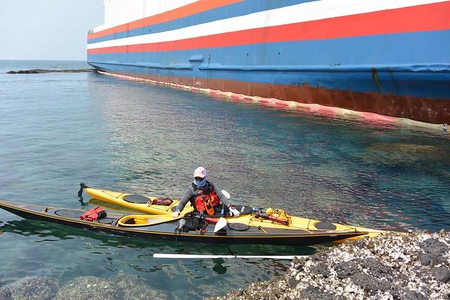 耘海輪雖有布設攔油索,風浪過大而起不了太大作用。圖片來源:張祖德。