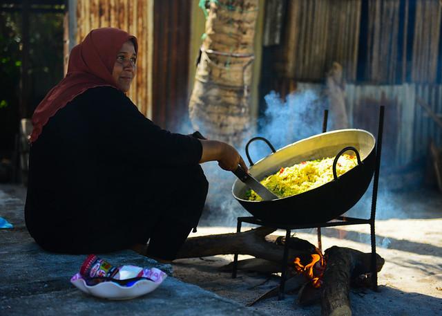 Gente local de las Maldivas haciendo la comida en Nilandhoo