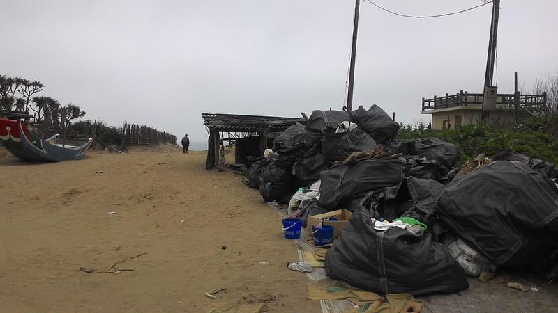 頂寮海灘入口處,數量不少的垃圾,發現疑似染油物件。攝影:林倩如。