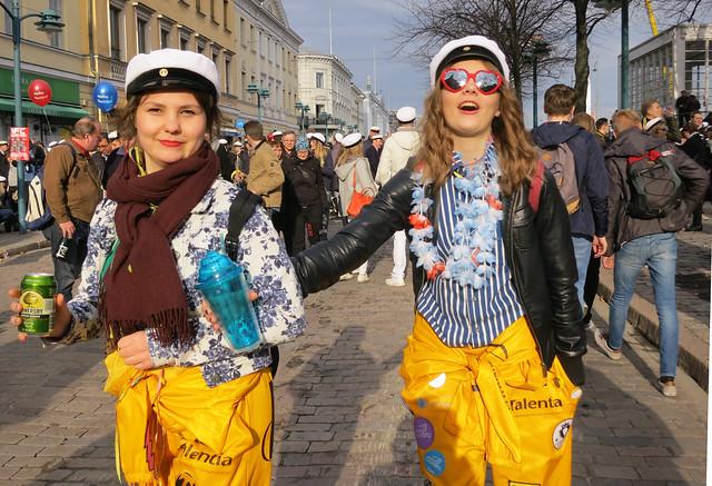 Dos finlandesas vistiendo sus monos