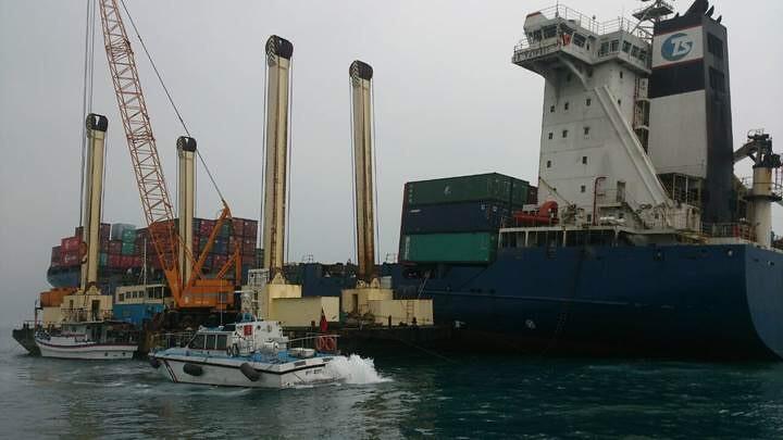 大型平臺船已於事故船旁完成定位,加速進行燃油抽油作業