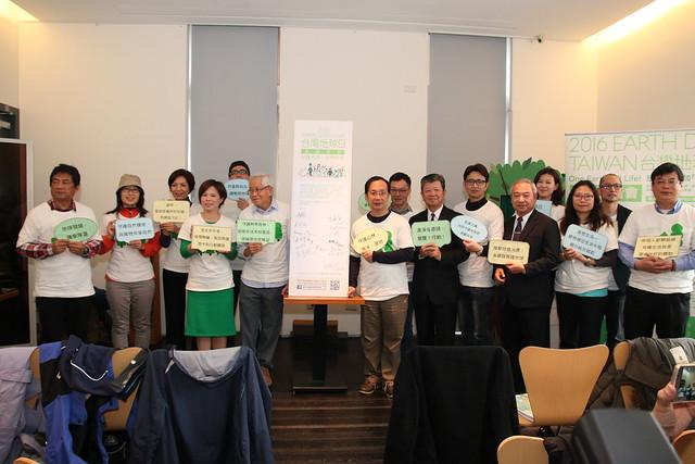 共有超過60家關心環境議題的企業與NGO夥伴到場一同為地球、為樹木做下真摯的承諾。攝影:郭叡