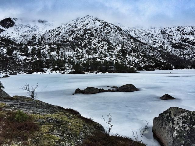 Lago helado en las islas Vesteralen (Laponia Noruega)