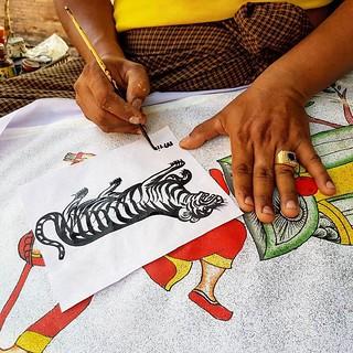 Artista a desenhar um tigre em Bagan
