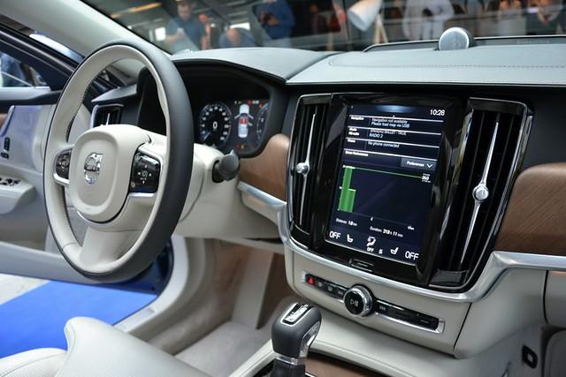 Vozač kontroliše sve sistem na S90 preko 9