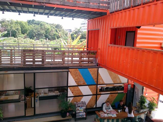 天井、迴廊、深陽台都是綠建築的理念,讓空氣流通、人比較健康。攝影:李育琴