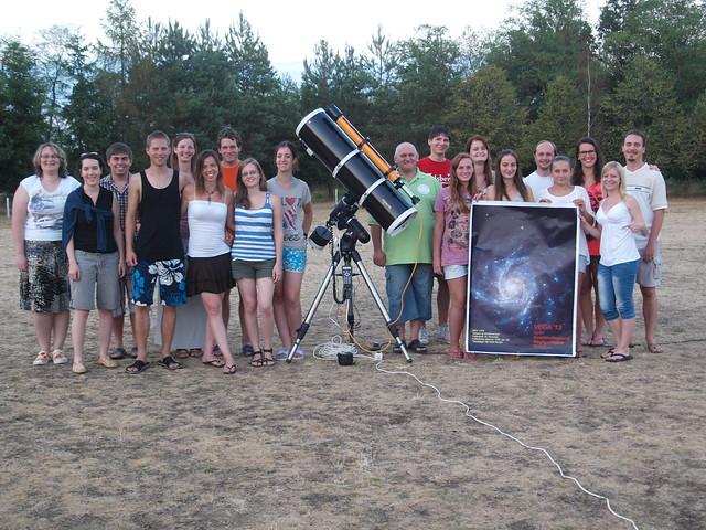A 2013. évi, őrimagyarósdi (Vas megye) táborunk csoportképe a tábor főműszerével.