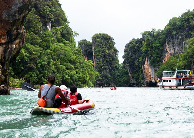 Navegando en kayak cerca de la isla de Ko Tapu