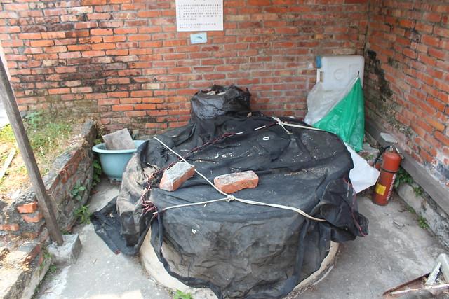 高雄柴山下,位於公有土地上的古井因孳生病媒蚊而封閉。攝影:廖靜蕙