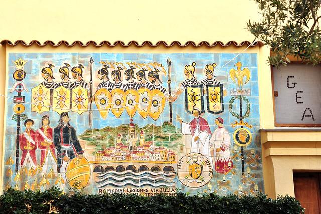 """Menton, am 29. Februar 2016: Über dieses Wandgemälde mit den römischen Legionären auf der Via Julia und den Bienen (""""Romanae Legiones Via Julia ..."""") bzw. über die Geschichte, die dahintersteckt, konnte ich leider-leider gar nichts in Erfahrung bringen. Dass man in Menton wie überhaupt in der Provence leckeren Honig kaufen kann, ist mir aber bekannt Foto Brigitte Stolle 2016"""
