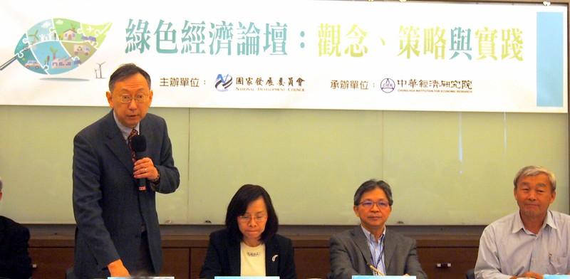 中研院經濟研究所研究員蕭代基說明政府綠色經濟的策略方向。攝影:李育琴