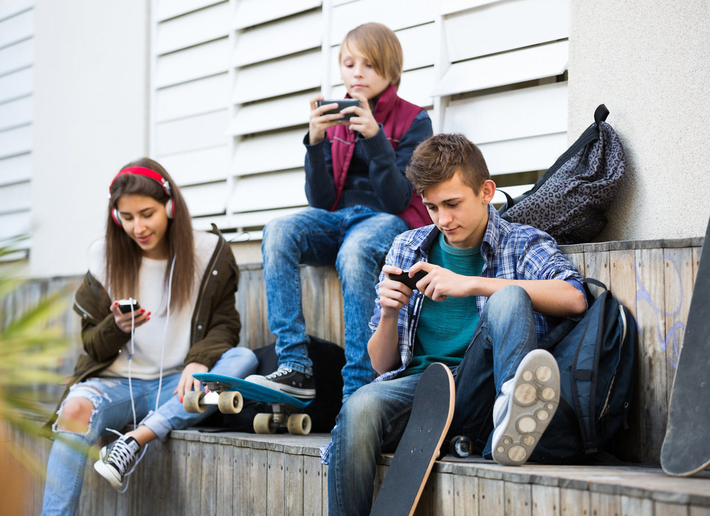 501749510 | Three teenagers with smartphones | verkeorg