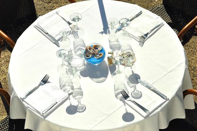 Nizza: Tischlein deck dich am Strand. Es ist ein milder Sonnentag an diesem 1. März 2016. Die Bars und Restaurants am Strand rüsten sich schon seit dem frühen Vormittag für den erwarteten Gästeansturm. Ein herrliches Bild: Gläser und Flaschen im Spiel zwischen Licht und Schatten. Ein leckeres Menü mit oder ohne Sonnenschirm mit Blick aufs blaue Mittelmeer - kann es etwas Schöneres geben? Foto Brigitte Stolle März 2016
