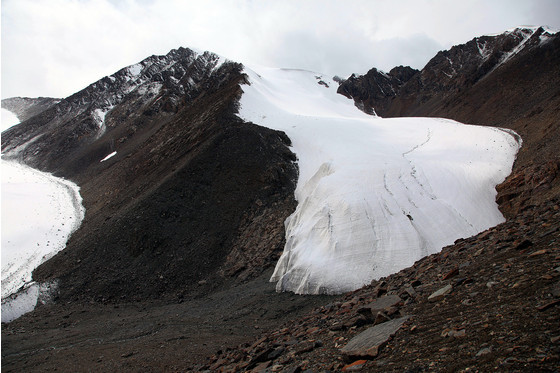 天山1號冰川舌端已經分離為兩支。圖片來源:楊勇via中外對話。