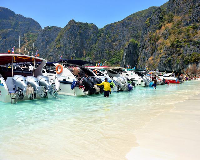 Barcas en la orilla de Maya Beach