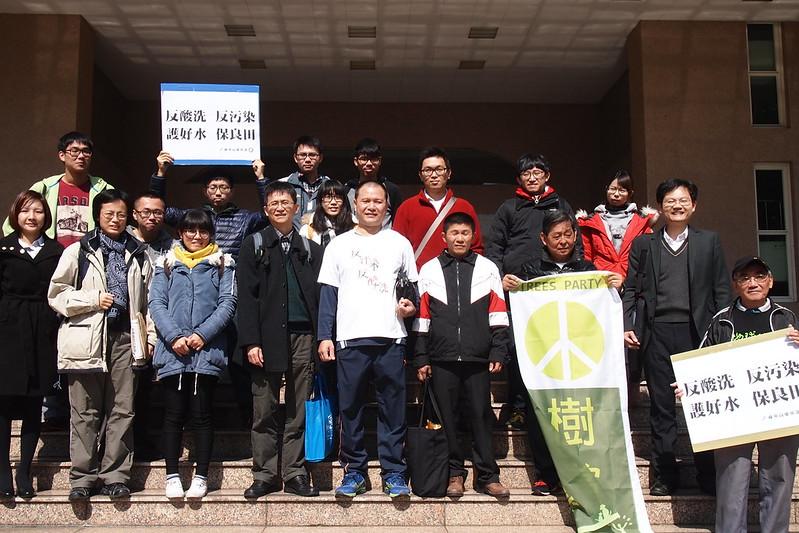 震南案行政訴訟,環保團體和關心民眾到法院為路竹居民聲援。攝影:李育琴