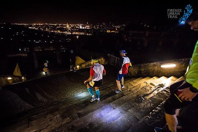 Συναρπαστικά τα φώτα της Φλωρεντίας καθώς οι αθλητές τρέχουν τον νυχτερινό αγώνα!