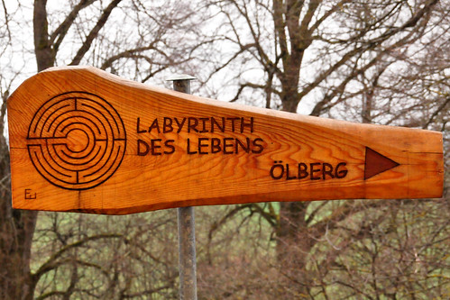 """Ellwangen. Auf dem Schönenberg, gleich neben der Schönenbergkirche, findet man das """"Labyrinth des Lebens"""". Es ist ein Rasen-Labyrinth und es ist kaum zu glauben, dass der Weg zum Ziel und wieder zurück mit seinen 28 Kehren 548 Meter lang ist. In der Mitte des Labyrinths liegt ein Granit, der 1 Tonne wiegt. Das Motto des Labyrinths: """"Vertrau dem Weg, der vor dir liegt"""" Foto Brigitte Stolle April 2016"""